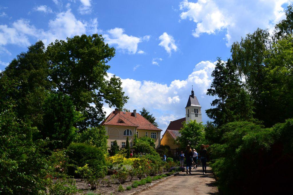 Ogód Botaniczny z plebanią i wieżą kościoła pw.NSPJ [Rozdzielczość Pulpitu].jpeg