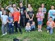 wesoła grupa dzieci na tle zielonego żywopłotu na którym są zawieszone łapacze snów